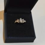 Voici une bague or blanc dont les diamants ont été récupérés sur une paire de boucles d'oreilles et une bague pour trouvé une nouvelle vie.