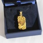 Voici une compression réalisée à partir vieux bijoux pour en faire un pendentif pour son mari.