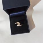 Voici une bague or blanc avec un diamant de 0.56 Ct au centre et deux petits sur ces cotés. Dans cette bague le grand diamant représente dieux et les deux petits placés au plus proche du grand, les deux fiancé l'enlaçant.