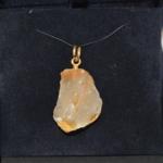 Voici une création un peut improbable que l'on m'a confiée, un morceau de quartz trouvé en balade que je suis parvenu à percé pour y metre une bélière en or jaune.