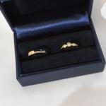 Voici une paire d'alliance or jaune réalisées avec l'or du client. Celle de monsieur est plate à coins coupé et celle de madame est sertie de diamant.