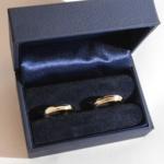 Voici une paire d'alliances bicolore, or jaune et blanc. Les ors ont été récupérés d'ancien bijoux.