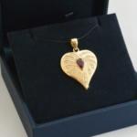 Voici un pendentif or jaune, rubis et diamants entre la feuille et le cœur ainsi que les croquis du projets.