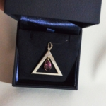Pour ce pendentif en argent, l'améthyste a été récupérée sur un ancien bijou et j'ai fait un nouvelle habillage autour.