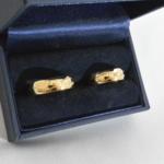 Voici une paire d'alliance or jaune avec une gravure extérieur, un petit diamant en son centre chez madame. L'idée ici est de symbolisé deux chemins différant qui se rencontrent.