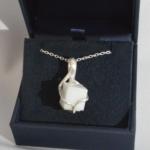 Ici, nous avons un pendentif en argent et marbre blanc de Carrare.